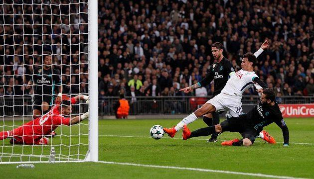Dele Alli střílí první gól Tottenhamu v souboji s Realem Madrid.