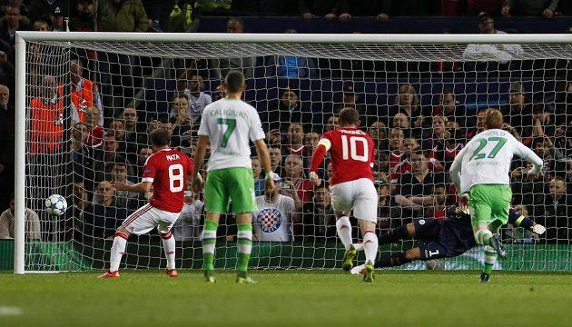 Fotbalista Manchesteru United Juan Mata proměňuje penaltu proti Wolfsburgu.