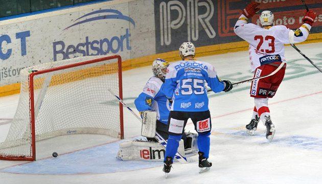 Slávistický útočník Jiří Doležal (vpravo) se raduje z gólu proti Plzni, který vstřelil Juraj Valach (není na snímku). Přihlíží plzeňský brankář Matěj Machovský (vlevo) a obránce Indiánů Dan Růžička.