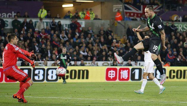 Marko Arnautovic ze Stoke (vpravo) střílí neuznaný gól brankáři Swansea Lukaszi Fabianskému.