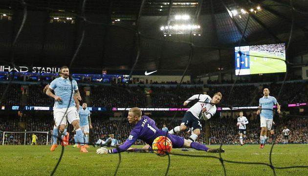 Christian Eriksen z Tottenhamu střílí rozhodující gól do sítě Manchesteru City v zápase 26. kola anglické Premier League.