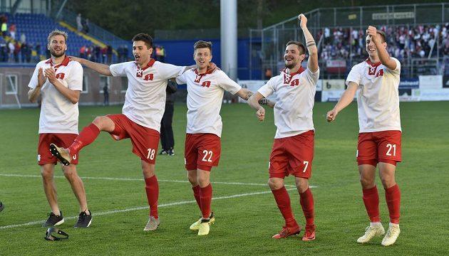 Fotbalisté Zlína se radují z vítězství.