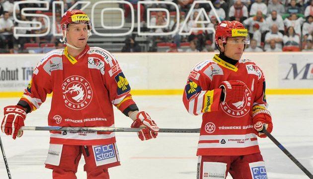 Třinečtí útočníci Martin Adamský (vlevo) a Jiří Polanský.