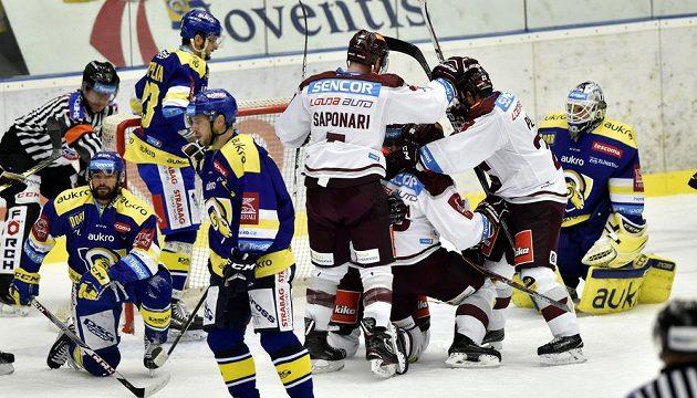 Hráči Sparty se radují z gólu, který vstřelil Mikuš.