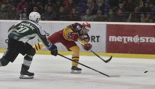 Tomáš Dvořák z Karlových Varů přišel pozdě, Michal Důras z Jihlavy už stihl vypálit během utkání 5. kola baráže o hokejovou extraligu.