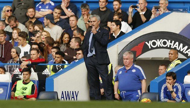 José Mourinho sleduje dění na hřišti v duelu s Liverpoolem.
