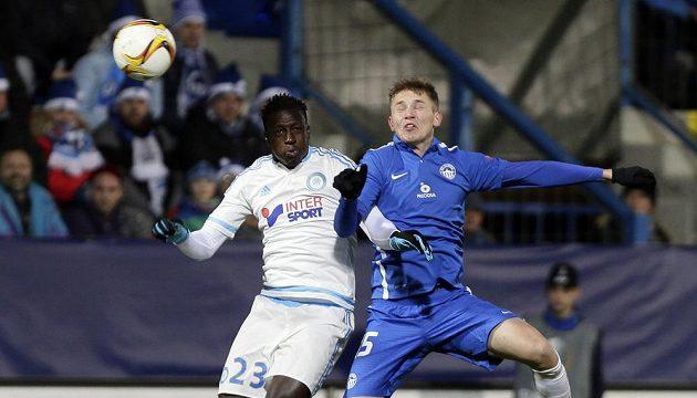Liberecký Dmitrij Jefremovv souboji s Benjaminem Mendym z Olympique Marseille v závěrečném zápase skupiny Evropské ligy.