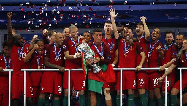 Portugalská fotbalová reprezentace v čele s Cristianem Ronaldem přebírá trofej pro mistry Evropy.