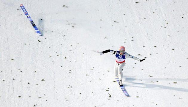 Rakouský skokan Manuel Fettner udržel rovnováhu poté, co mu po dopadu vypnula lyže.