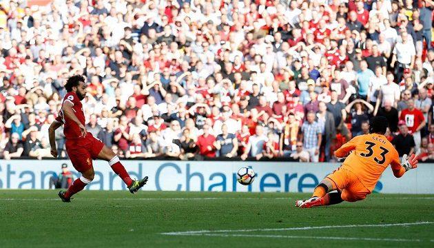 Mohamed Salah z Liverpoolu překonává po samostatném úniku Petra Čecha z Arsenalu.