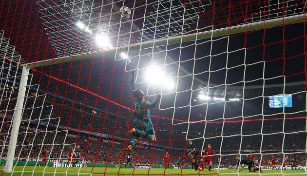 Jeden z několika výtečných zákroků gólmana Arsenalu Petra Čecha v mnichovské Allianz aréně.