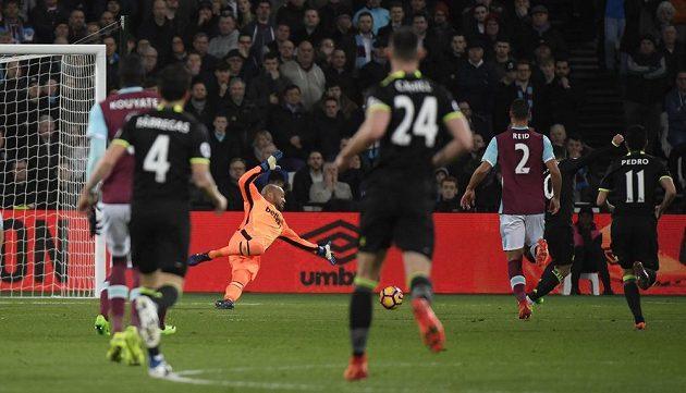 Eden Hazard z Chelsea střílí první gól v zápase proti West Hamu.