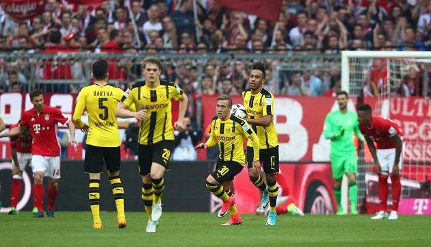Radost hráčů Borussie Dortmund po gólu na hřišti Bayernu Mnichov. Bundesligový šlágr ale ovládli Mnichovští, vyhráli 4:1.