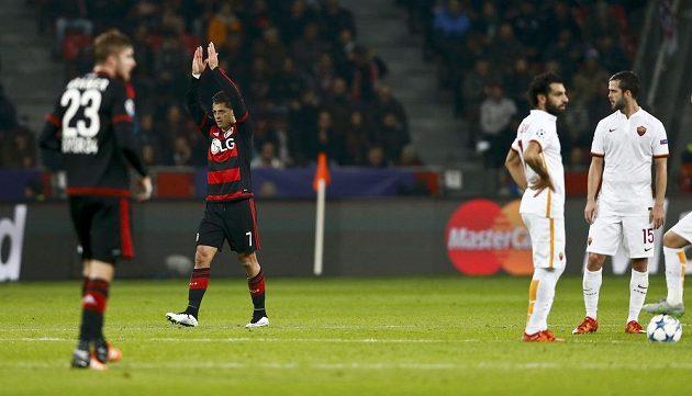 Javier Hernández z Leverkusenu slaví jednu ze svých dvou tref v utkání LM proti AS Řím.