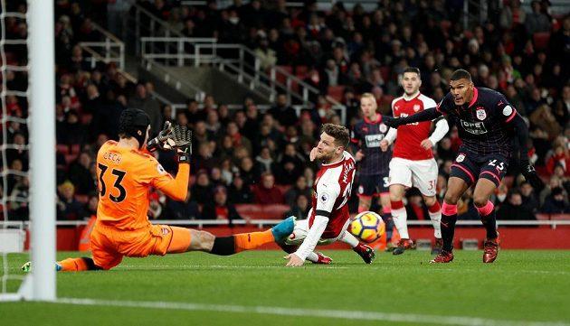 Petr Čech likviduje jednu ze šancí Huddersfieldu.