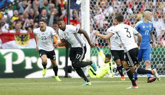 Německý fotbalista Jerome Boateng (17) se raduje z gólu proti Slovensku.