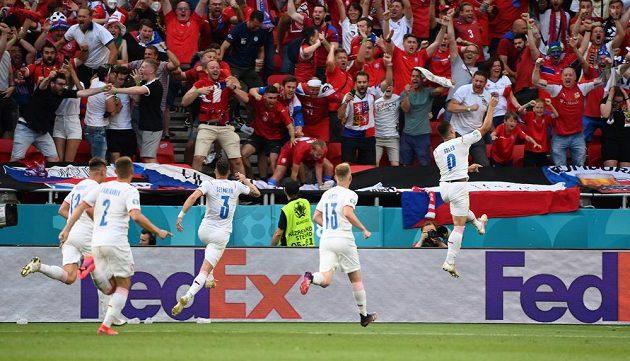 Tomáš Holeš (úplně vpravo) slaví svůj gól proti Nizozemsku
