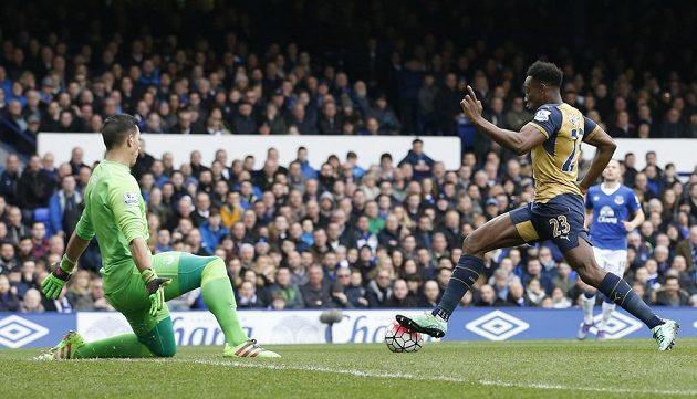 Útočník Arsenalu Danny Welbeck obchází brankáře Evertonu Joela Roblese a dává první gól zápasu.