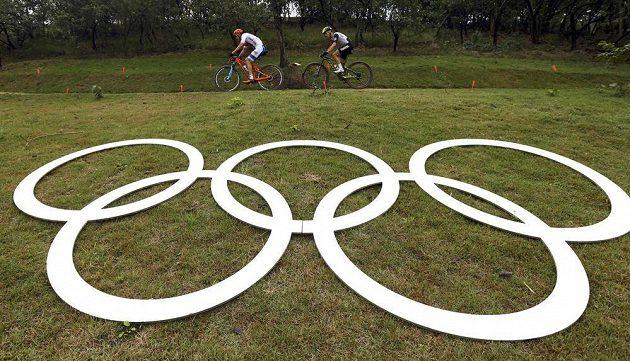 Bitva nejlepších. Jaroslav Kulhavý a Nino Schurter na trati olympijského závodu v Riu.