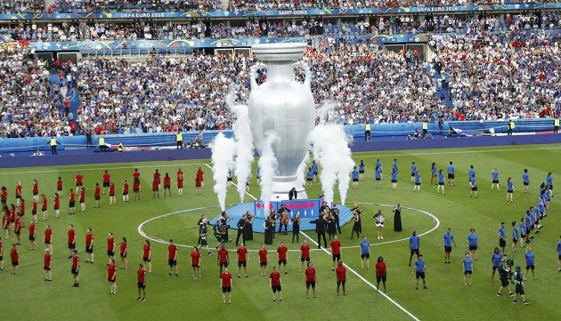 Stadión Saint Denis v Paříži a slavnostní zahájení finále mistrovství Evropy.