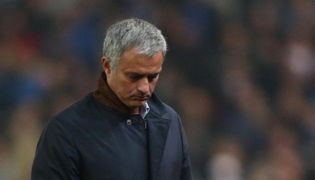 Zachmuřený trenér José Mourinho, jeho Chelsea to v letošní sezóně stále nejde.