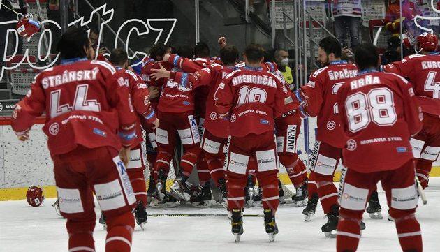 Hokejisté Třince se radují z vítězství.