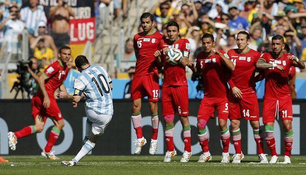 Lionel Messi pálí z přímého kopu přes íránskou zeď.