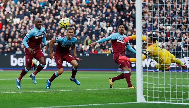 Tomáš Souček (druhý zleva) při svém debutu v Premier League sleduje se spoluhráči z West Hamu zákrok brankáře Mathewa Ryana z Brightonu.