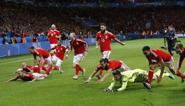 Velští hráči oslavují postup do semifinále EURA.