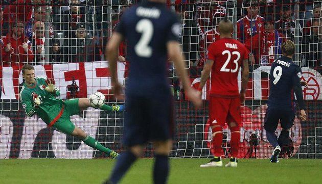 Manuel Neuer vyrazil penaltu Fernanda Torrese.