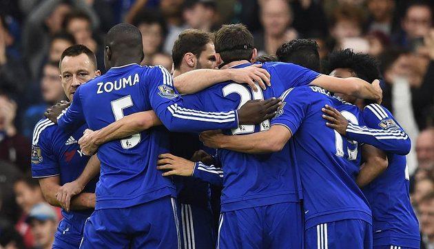 Fotbalisté Chelsea oslavují cenné vítězství proti Sunderlandu.