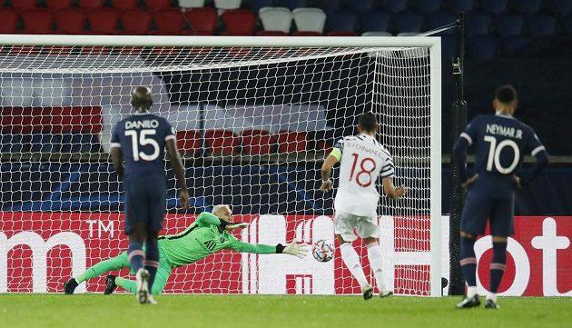 Bruno Fernandes z Manchesteru United proměňuje penaltu v utkání Ligy mistrů proti PSG.