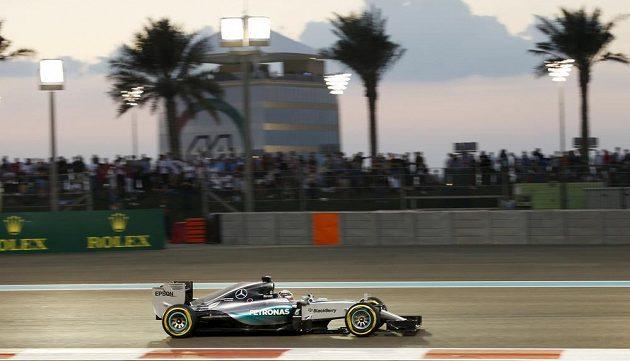 Lewis Hamilton se pod palmami snažil o výhru marně...