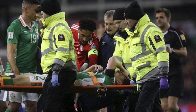 Irský obránce Coleman je odnášen na nosítkách ze hřiště v průběhu kvalifikačního utkání na MS s Walesem.