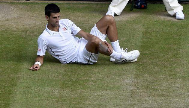 Novak Djokovič se drží za nohu, kterou si nechal v průběhu finále ošetřovat.