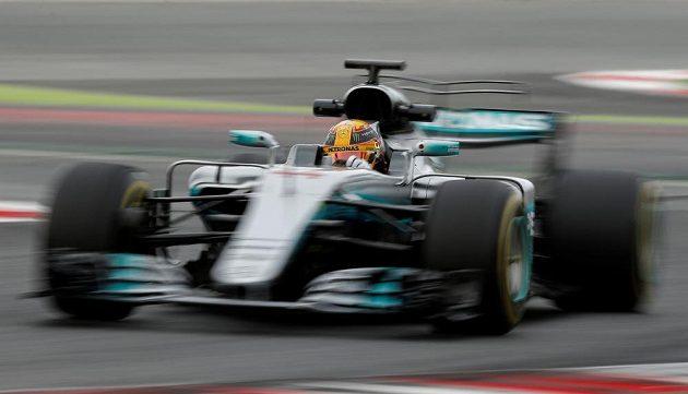 Lewis Hamilton s vozem Mercedes při testech v Barceloně.