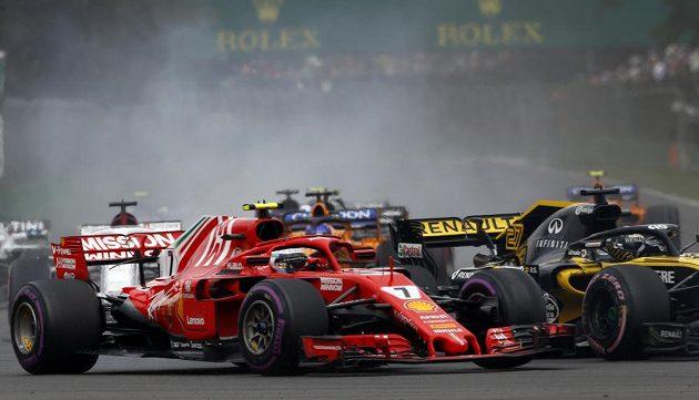 Kimi Räikkönen z Ferrari při první zatáčce GP Mexika.