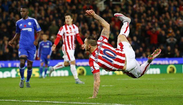 Marko Arnautovic ze Stoke City dává gól proti Chelsea.