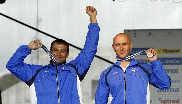Jaroslav Volf (vpravo) a Ondřej Štěpánek slaví získ stříbrných medailí.
