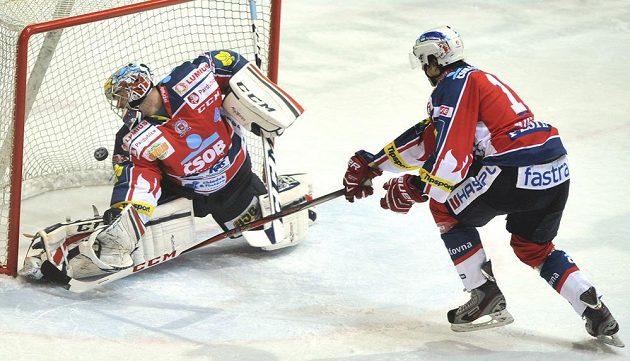 Pardubický brankář Július Hudáček takhle inkasoval v Třinci čtvrtý gól.