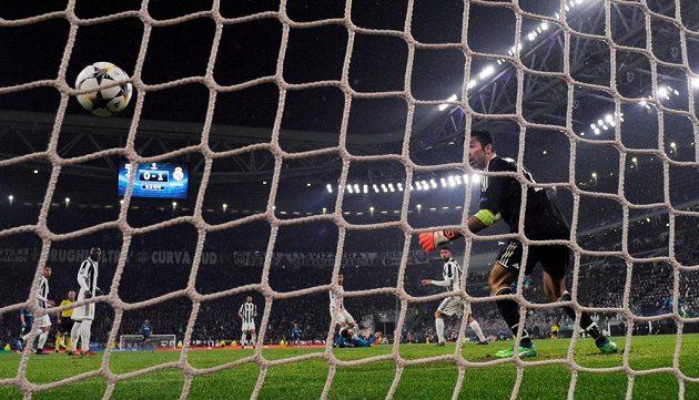 Brankář Juventusu Gianluigi Buffon inkasuje druhý gól od Cristiana Ronalda.