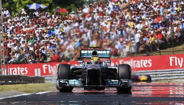 Brit Lewis Hamilton v plném tempu na trati Velké ceny Maďarska.