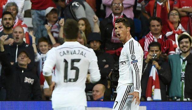 Cristiano Ronaldo (vpravo) a jeho spoluhráč Daniel Carvajal slaví vedoucí gól portugalského fotbalisty v Superpoháru nad Sevillou.