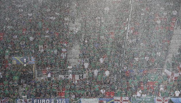 Průtrž mračen nad stadiónem Stade de Lyon během duelu Severního Irska s Ukrajinou.
