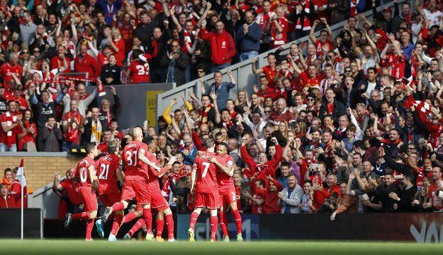 Fotbalisté Liverpoolu se radují z gólu proti Aston Ville, který vstřelil James Milner (č. 7).