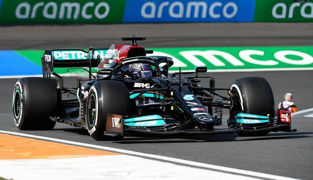 Pilot Mercedesu Lewis Hamilton v akci během tréninku na Velkou cenu Nizozemska.