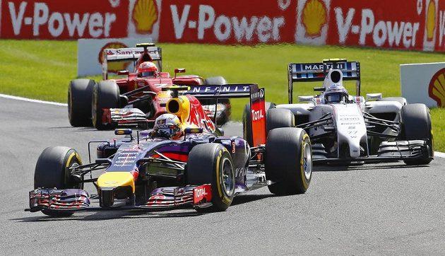 Australan Daniel Ricciardo (vpředu) ze stáje Red Bull se díky zaváhání mercedesů probojoval do čela závodu ve Spa.