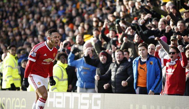 Memphis Depay z Manchesteru United slaví s fanoušky gól proti Watfordu.