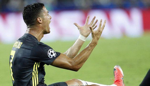 Cristiano Ronaldo z Juventusu poté co obdržel červenou kartu v duelu s Valencií.