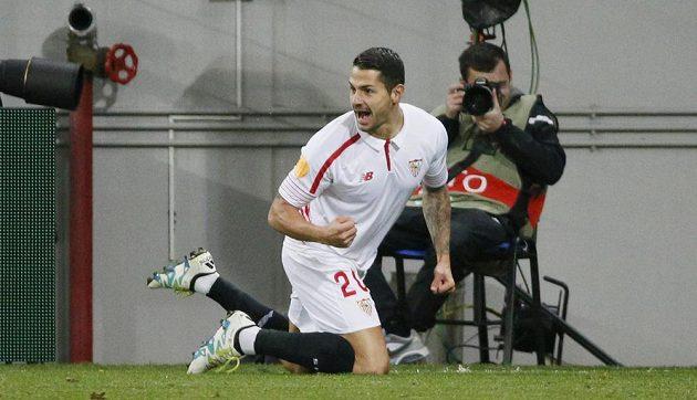 Vitolo ze Sevilly slaví gól na hřišti Šachtaru Doněck v úvodním semifinálovém duelu Evropské ligy.